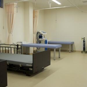 処置室:処置室には電動式のベッドを2台ご用意いたしました。起き上がる際の補助を行い、患者様のご負担を軽減いたします。