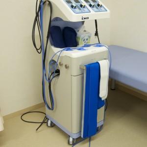 キセノン光治療器:生体透過に最適なキセノン光線による治療と電気刺激による治療を複合した装置です。肩こり、腰痛、ひざの痛みなどの筋肉痛、関節痛、神経痛を和らげたり、交感神経の緊張緩和に用います。温かい光の音感と電気による通電治療が心地よく作用して症状を改善させます。