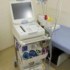 心電計:心電図を記録します。心臓に異常があるかどうかを調べる最も基本的な検査の1つです。不整脈、心筋梗塞・狭心症などの心疾患の有無がわかります。上半身の衣服を脱いでいただき、電極を両手足と胸(6ヶ所)につけます。痛みはありません。 血圧脈波検査装置:血管年齢(動脈硬化の程度)、両足の血管のつまり具合(動脈硬化が進行した閉塞性動脈硬化症の診断ができます)がわかります。手足に機器を取り付けるだけの簡単な検査です。